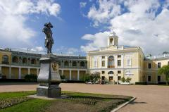 Open courtyard of the grand palace in pavlovsk